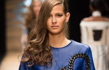 Step by Step : comment réaliser la coiffure side-hair du défilé Guy Laroche ?
