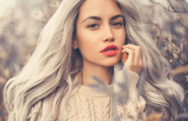 Cheveux gris : quel maquillage adopter ?